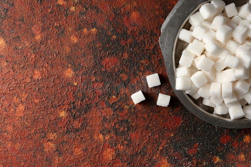 Platta med kuber för förädlat socker på tabellen, bästa sikt royaltyfri fotografi