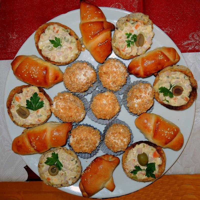 Platta med mellanmål av hem-lagad mat mat arkivfoton