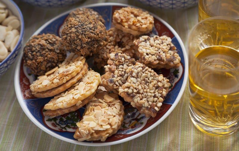 Platta med moroccan sötsaker och te arkivbild