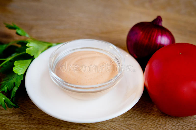 Platta med sause och tomaten royaltyfria foton