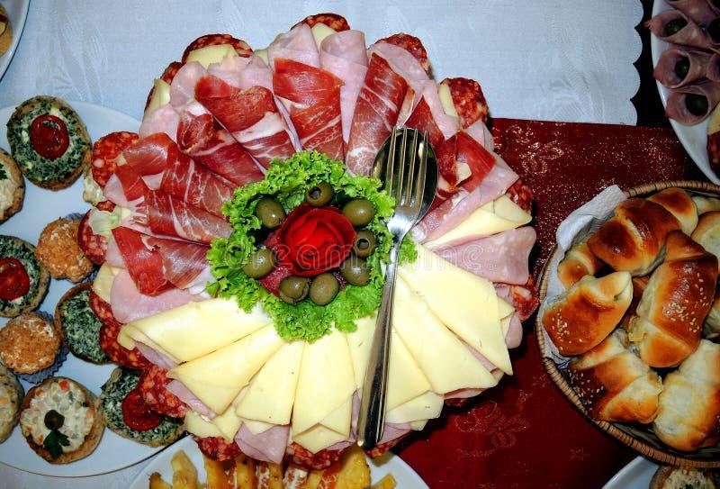 Platta med skivade och komplexa torkade köttprodukter 2 arkivbilder