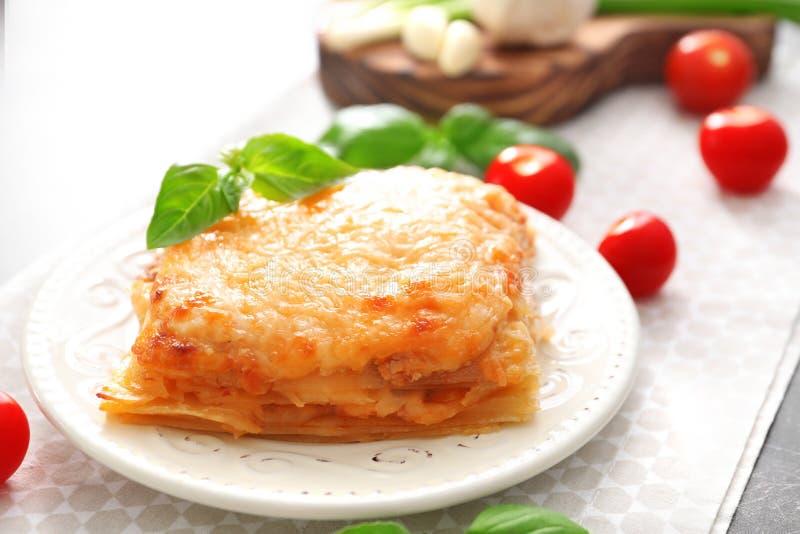 Platta med smakliga lasagner arkivbilder