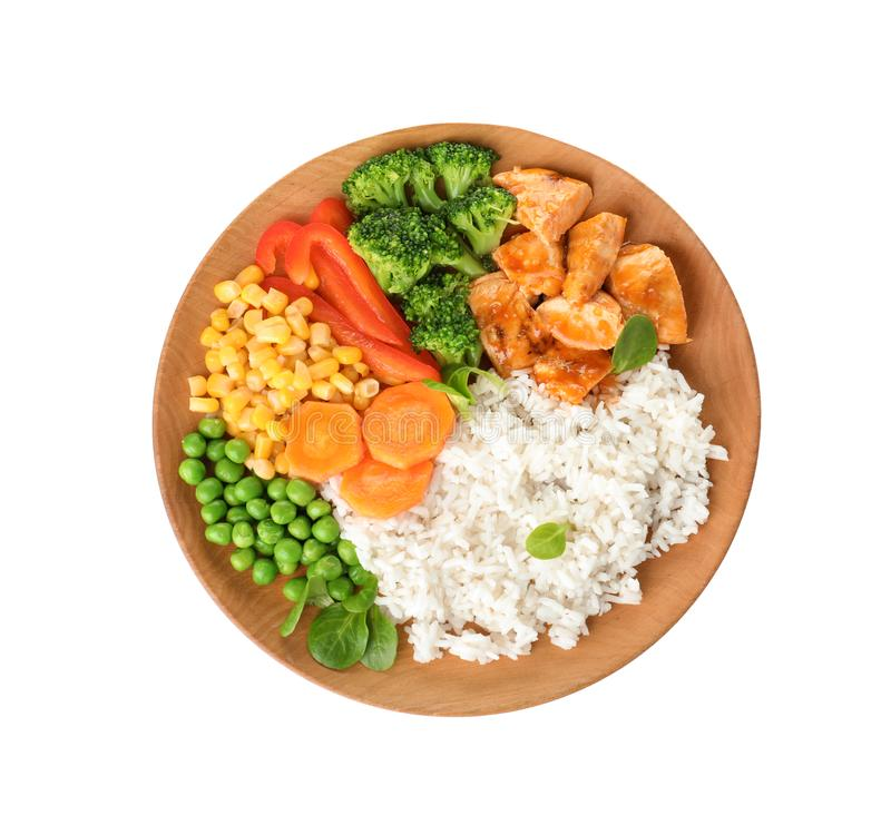 Platta med smakliga ris, grönsaker och kött på vit bakgrund arkivbild
