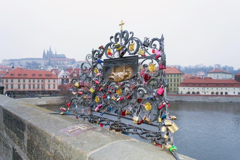 Platta med St John av Nepomuk på Charles Bridge, Prague, Tjeckien royaltyfri fotografi