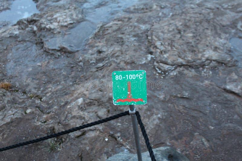 Platta med temperatur i Haukadalur, dal av geysers, Island royaltyfri foto