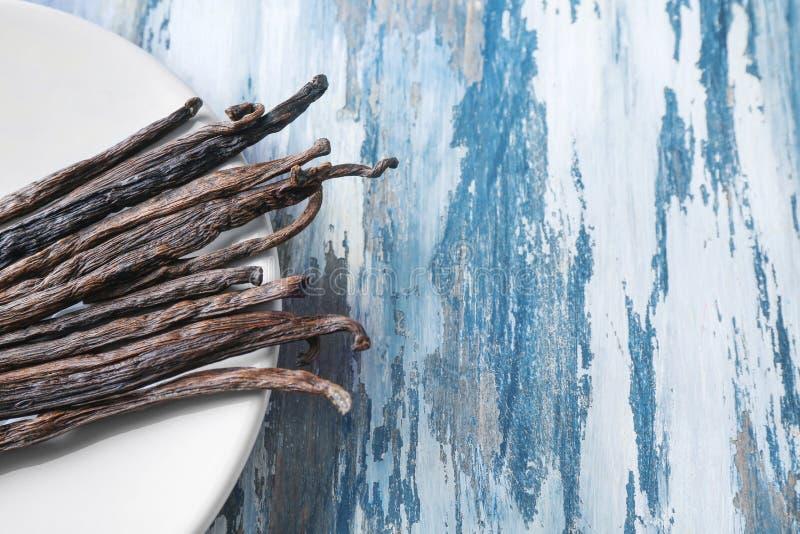 Platta med vaniljpinnar royaltyfri fotografi