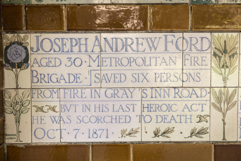 Platta på minnesmärken till det heroiska självoffret i London arkivbild