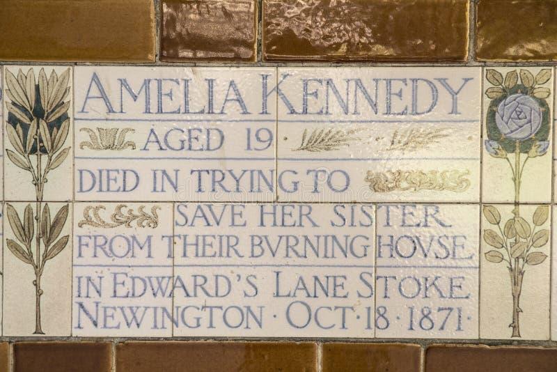 Platta på minnesmärken till det heroiska självoffret i London royaltyfri fotografi