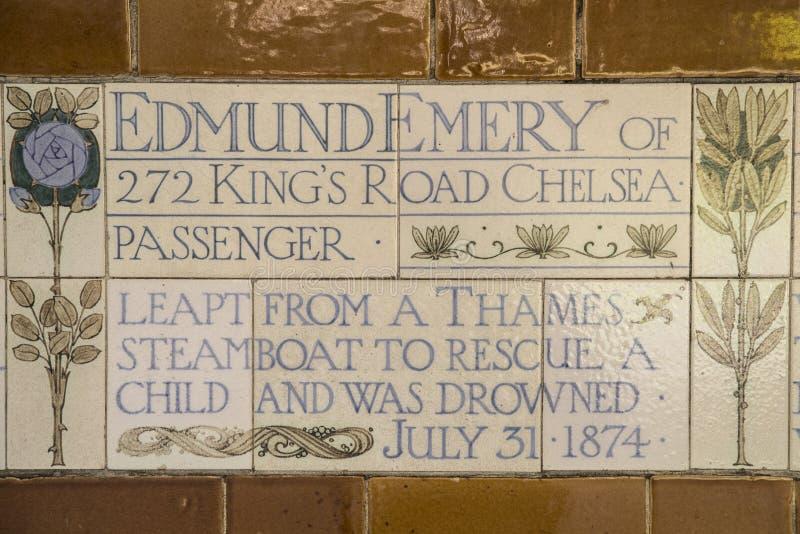 Platta på minnesmärken till det heroiska självoffret i London royaltyfria bilder