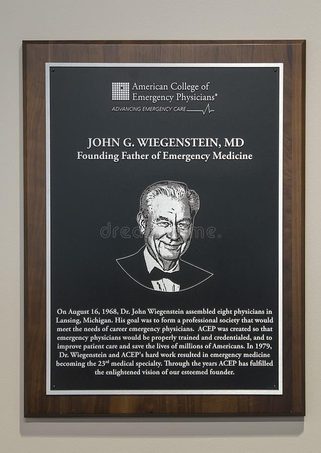 Platta som hedrar den John Wiegenstein medicine doktorn, nationella högkvarter, amerikansk högskola av nöd- läkare, Dallas, Texas royaltyfri fotografi