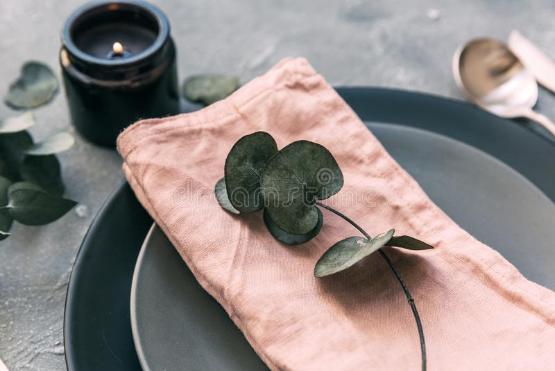 : platta tappningbestick på lantlig sjaskig träbakgrund royaltyfri bild