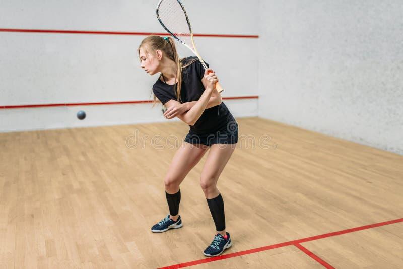 Platta till modig utbildning, kvinnlig spelare med racket royaltyfri fotografi