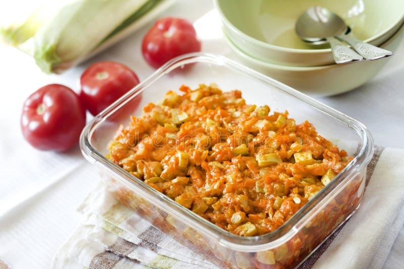 Platta till ragu med moroten och tomater i en exponeringsglasmatr?tt royaltyfri bild