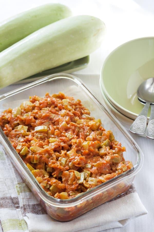 Platta till ragu med moroten och tomater i en exponeringsglasmatr?tt arkivbilder