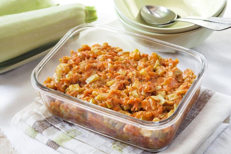 Platta till ragu med moroten och tomater i en exponeringsglasmatr?tt arkivfoton