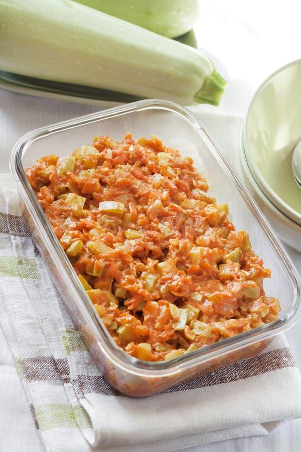 Platta till ragu med moroten och tomater i en exponeringsglasmatr?tt royaltyfria foton