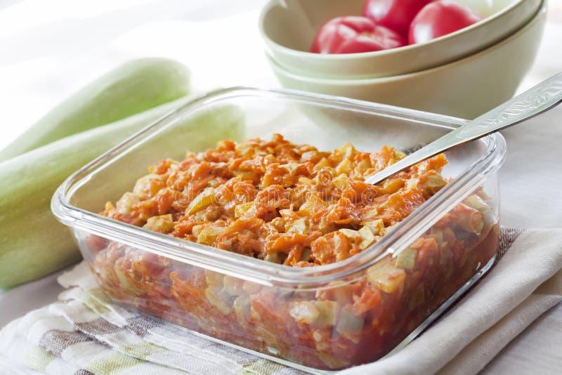 Platta till ragu med moroten och tomater i en exponeringsglasmatr?tt arkivbild