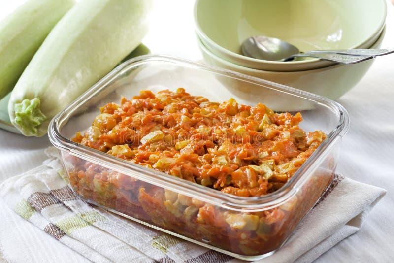 Platta till ragu med moroten och tomater i en exponeringsglasmatr?tt royaltyfri foto