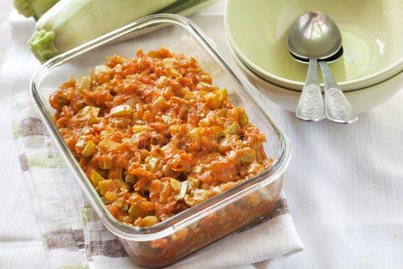 Platta till ragu med moroten och tomater i en exponeringsglasmatr?tt royaltyfria bilder