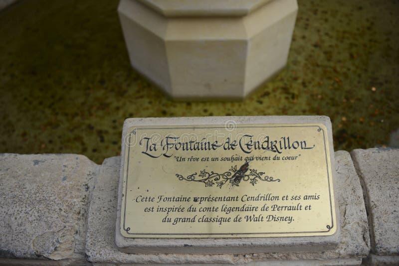 Plattan av den Cinderella springbrunnen, inre Disneyland parkerar, Paris arkivfoton