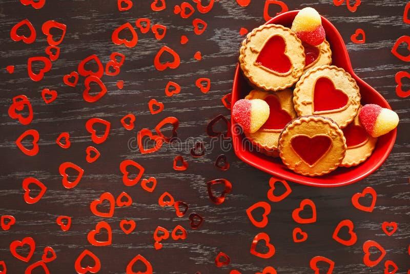 Plattan av hjärta formade kakor är på tabellen i beröm av dagen för valentin` s fotografering för bildbyråer
