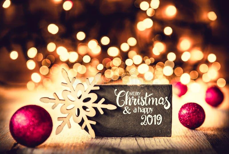 Plattan, glad jul för kalligrafi och en lycklig 2019, lila klumpa ihop sig royaltyfri fotografi