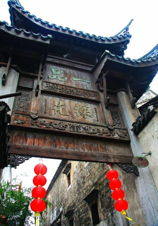 Plattan i kinesisk forntida by av Luxiang royaltyfri bild