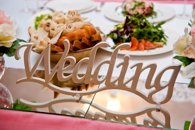 Plattan med inskriftbröllopuppsättningen på den tjänade som tabellen av nygifta personerna arkivfoton