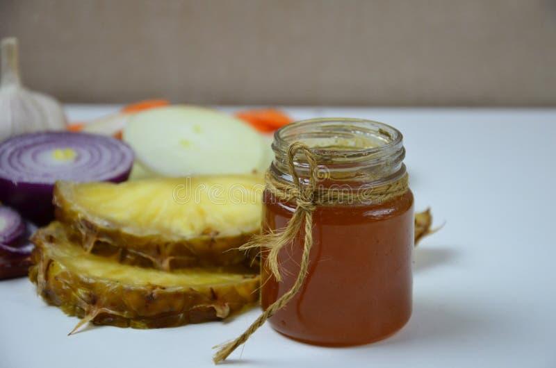 Plattan med traditionell honung bakade skinka, frukter och grönsaker som isolerades på vit royaltyfri bild