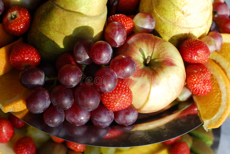 Platte der bunten Früchte lizenzfreie stockbilder