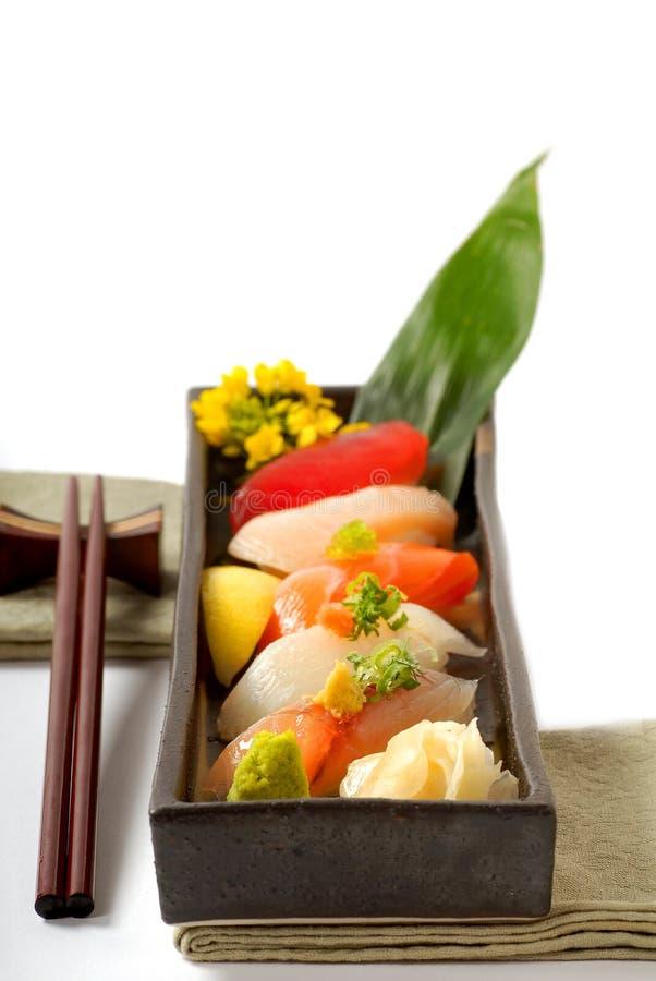 Platte der japanischen Sushi mit Hiebsteuerknüppeln lizenzfreie stockfotos