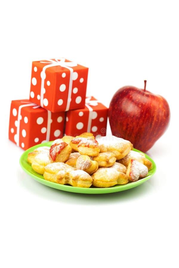 Platte der Plätzchen, der Geschenke und der Äpfel lizenzfreie stockfotografie