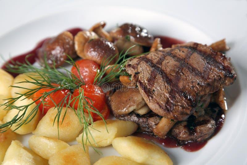 Platte des gegrillten Rindfleisches und des Gemüses stockfoto