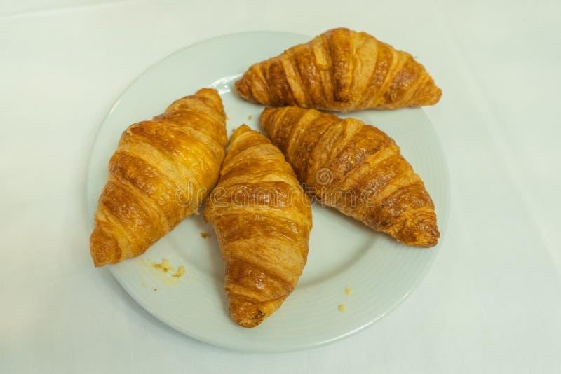 Platte des goldenen geschwollenen Hörnchens zum Frühstück im französischen Restaurant lizenzfreies stockbild