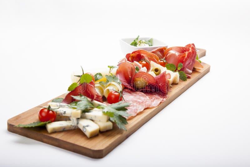 Platte des kalten Fleisches der Antipastoservierplatte mit grissini Brotstöcken, PR lizenzfreies stockfoto