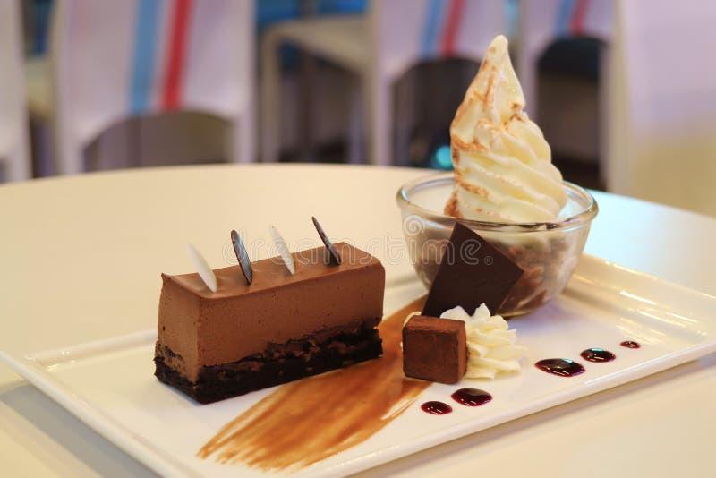 Platte des Schokoladencremekuchens mit Vanillesofteis-Eiscreme stockbilder