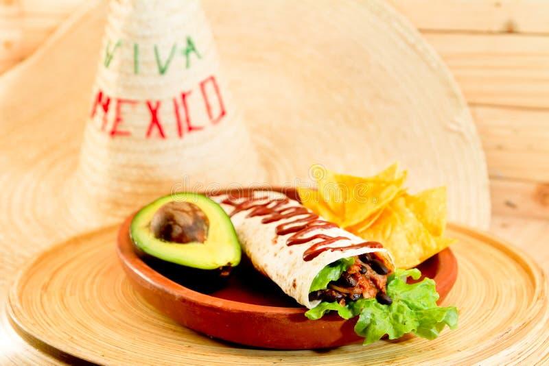 Platte Frühstück des großen Burrito und der Nachos stockbilder