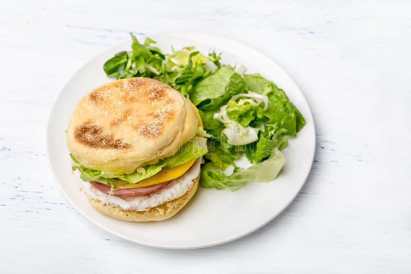 Platte mit angefülltem britischem Frühstücks-Muffin lizenzfreie stockfotografie