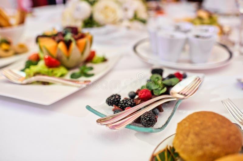 Platte mit Brombeeren und Himbeeren auf dem Tisch im Restaurant lizenzfreie stockfotografie