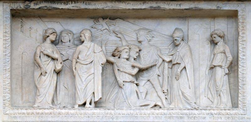 Platte mit Episoden des Lebens von St. Geminiano, Modena-Kathedrale, Italien stockbild