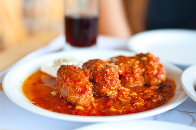 Platte mit Fleischlebensmittel in der Tomatensauce am Restaurant lizenzfreie stockbilder