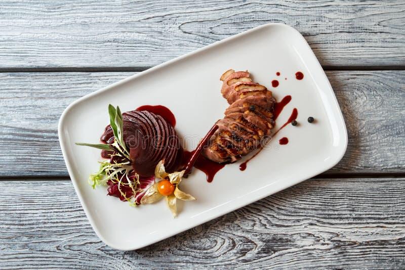 Platte mit gekochtem Fleisch stockbild
