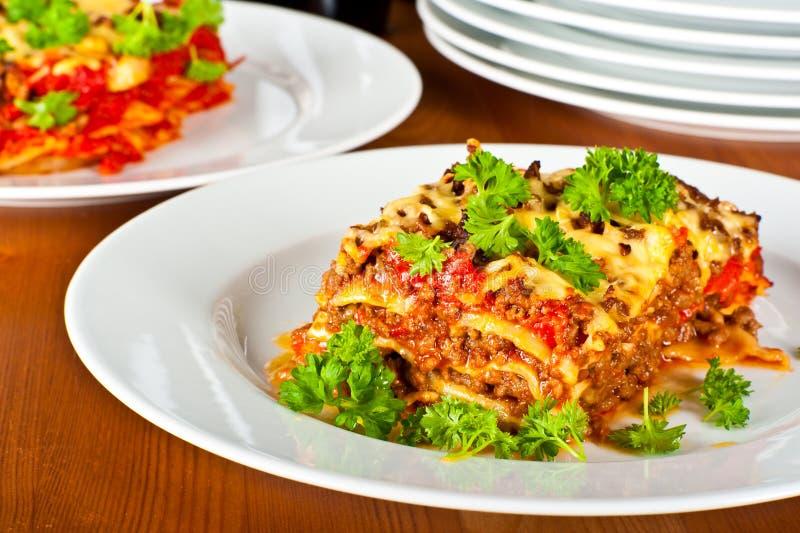 Platte mit Lasagne stockfotografie