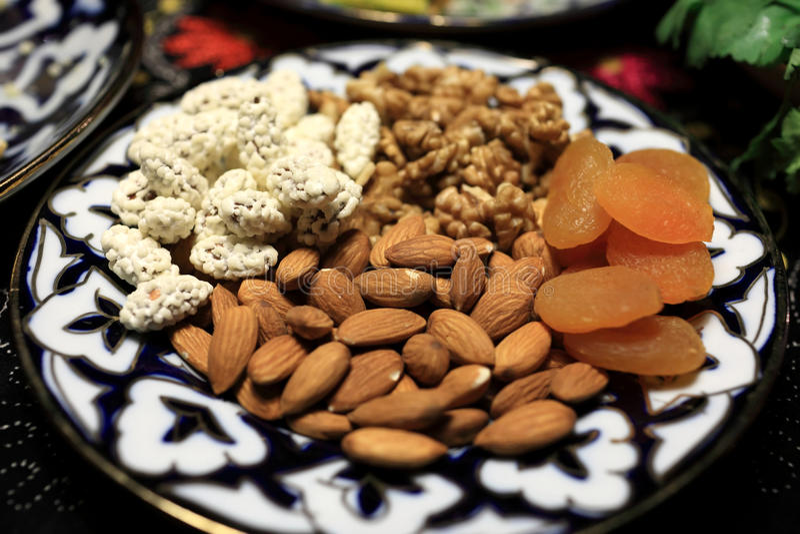 Platte mit Nüssen und getrockneten Aprikosen stockfotografie