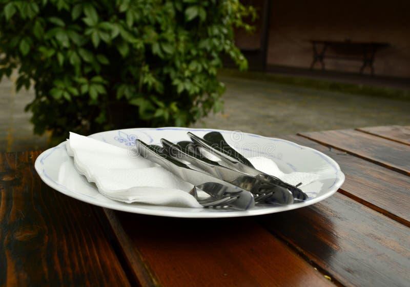 Platte mit Tischbesteck, dem Speisen, Messer und Gabel lizenzfreie stockfotos
