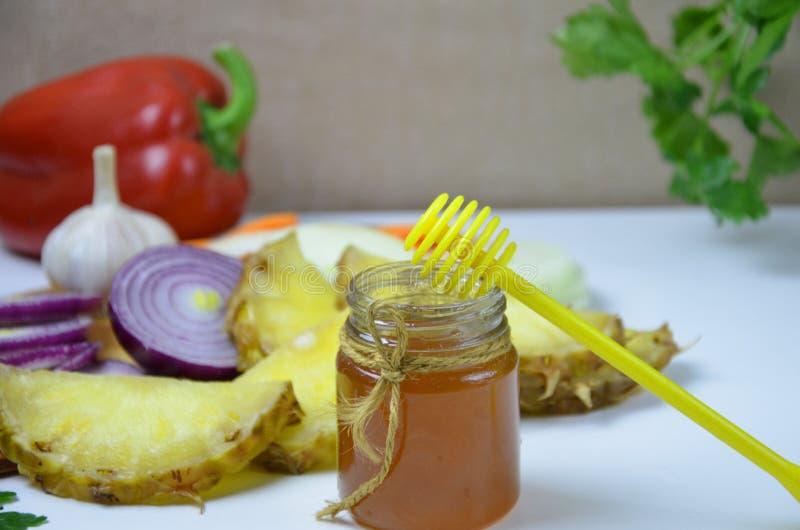 Platte mit traditionellem Honig backte den Schinken, Obst und Gemüse, lokalisiert auf Weiß lizenzfreie stockbilder