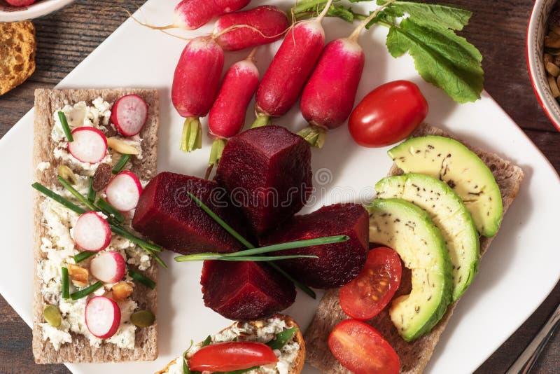 Platte mit vegetarischem Salat des nat?rlichen organischen Gem?ses lizenzfreie stockfotografie