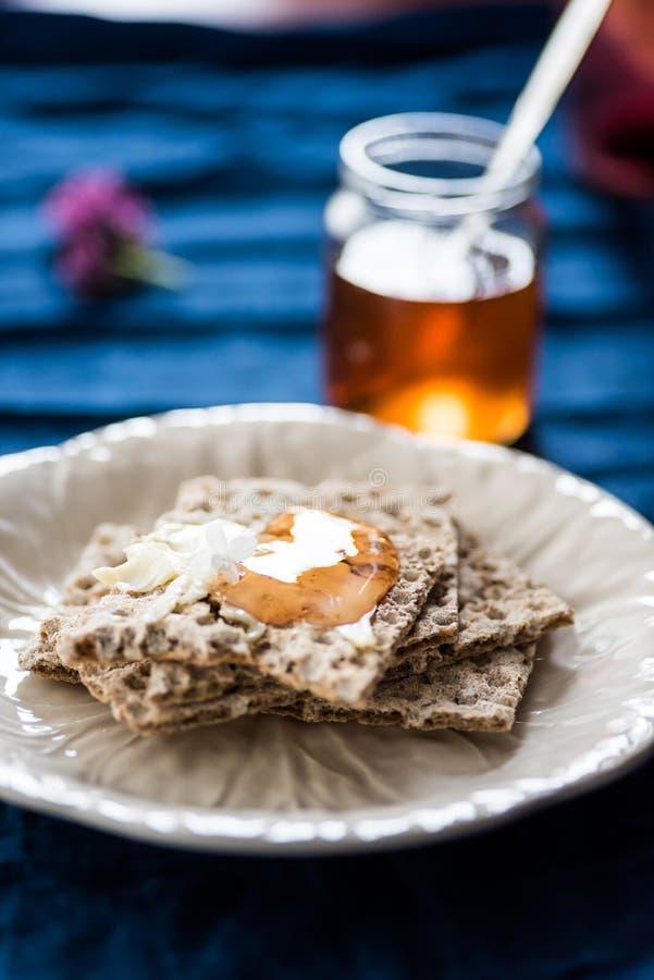 Platte mit wasa Brot und Fliedergelee stockfotografie