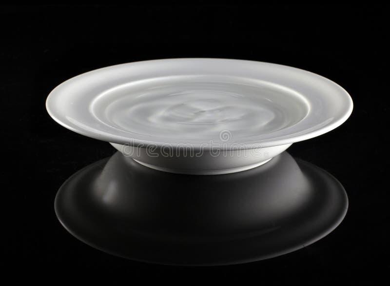 Platte mit Wasser stockfoto