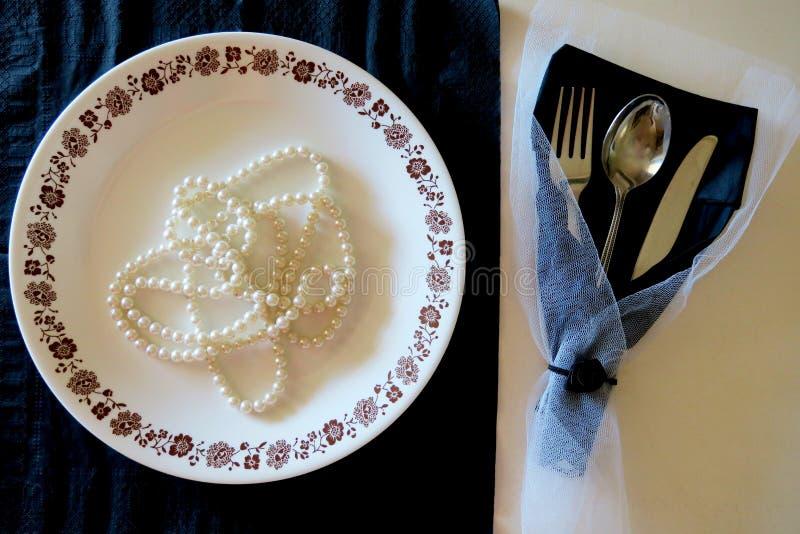 Platte und Tischbesteck auf einem Schwarzweiss-Hintergrund mit luxuri?ser Dekoration stockbilder